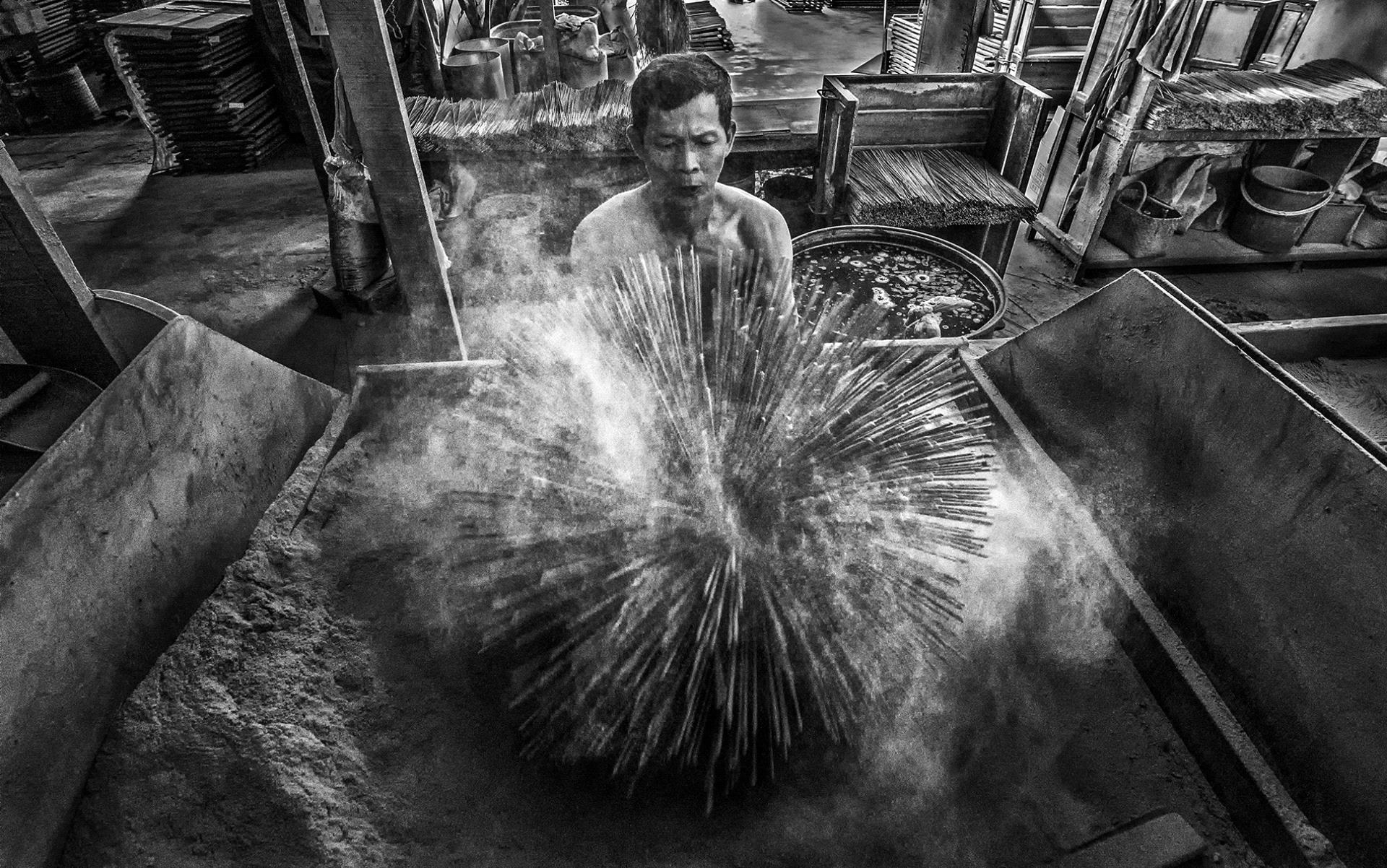 PhotoVivo Honor Mention - Lin Kuw Ming (Malaysia)  Joss Stick Maker