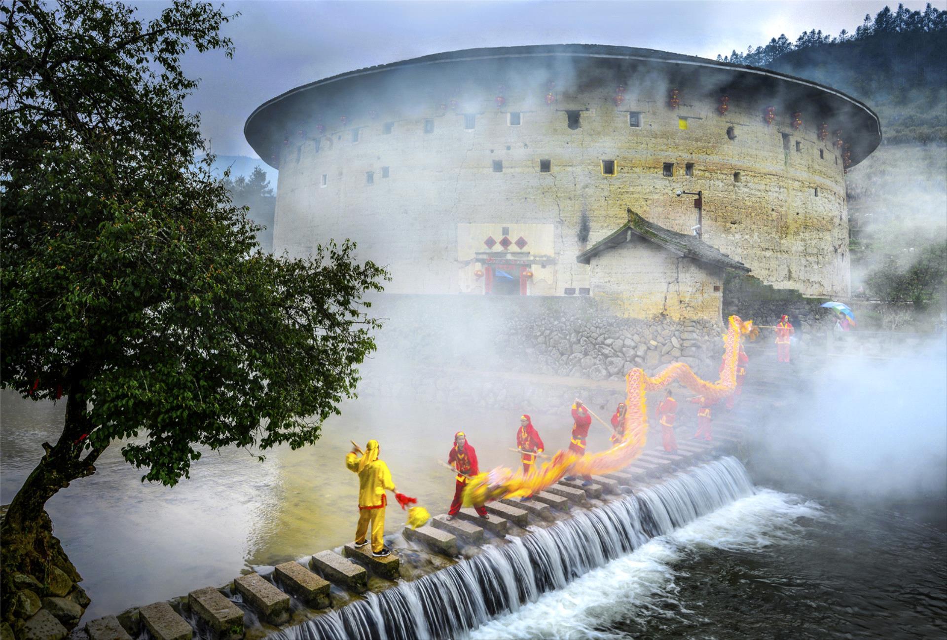 IUP HM - Liangjin Liu (China) <br /> Dragon Dance Beside The Tulou River